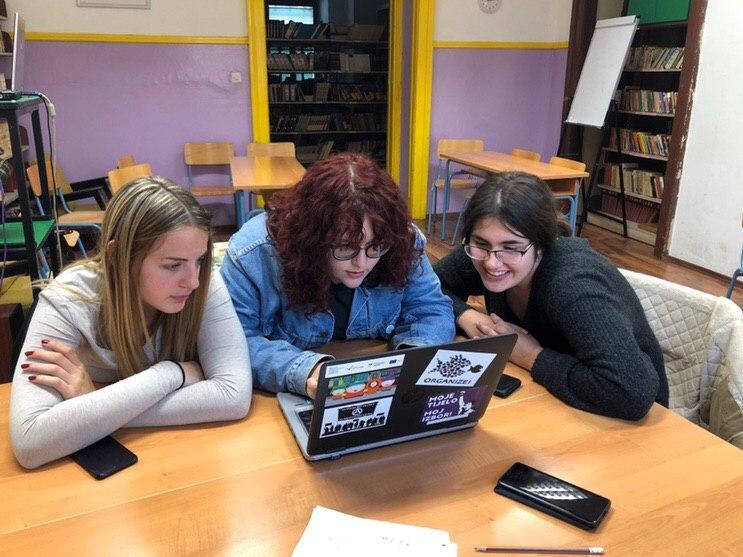Nagrađene učenice: Matilda Nikić, Andrea Lukanović (glavna urednica Žurnala) i Noemi Legović